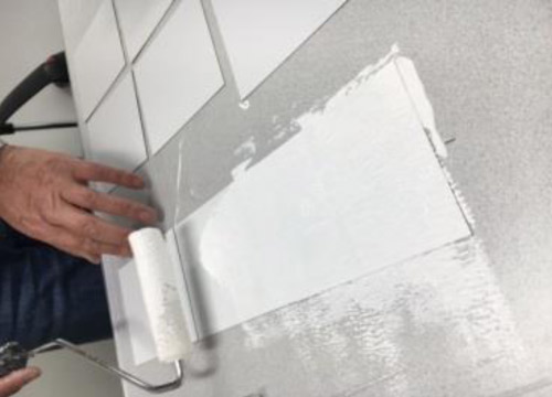 ルミナスターと他社の遮熱塗料をそれぞれ塗布します。