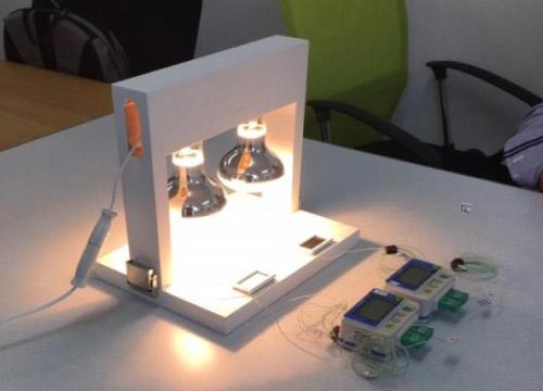 光を当てHIOKI温度ロガーを使用して、塗膜表面の温度を測定します。